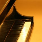 piano in gold